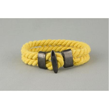 Желтый браслет из хлопкового шнура с металлическими застежками